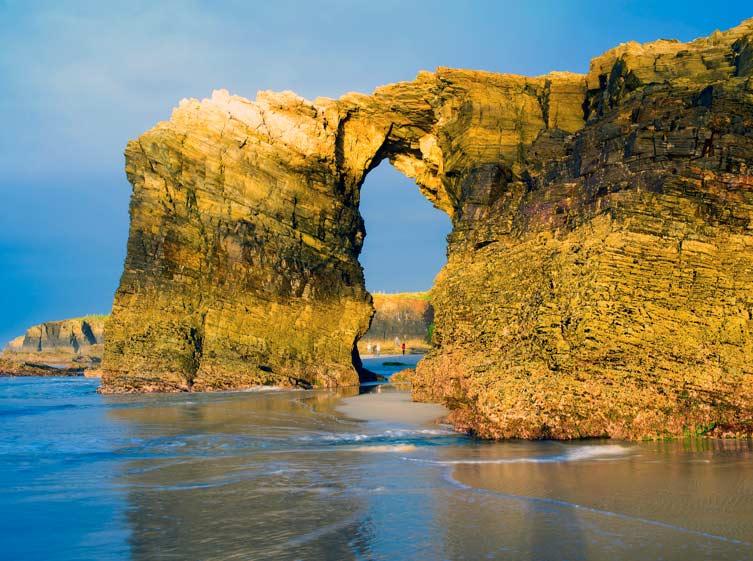 La playa de las catedrales, elegida una de las 7 maravillas de la naturaleza española